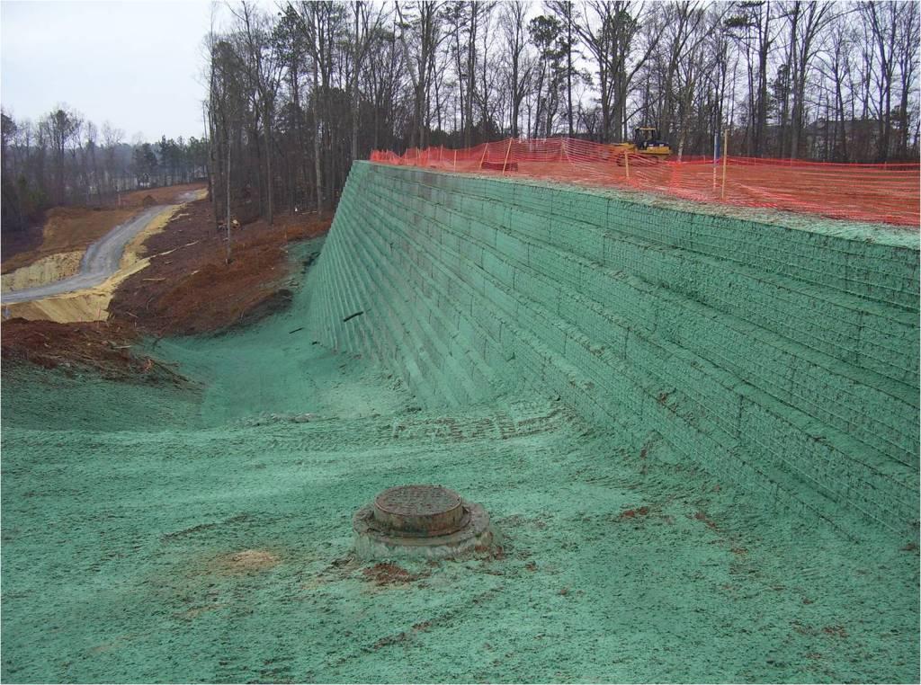 Twee lagen Flexterra® systeem tegen gewapende grondconstructie